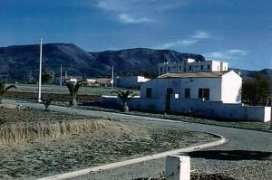 Le guelta Au fond l'immeuble de la gendarmerie - Au 1er plan maison abandonnée suite aux événements. 1959 - 61